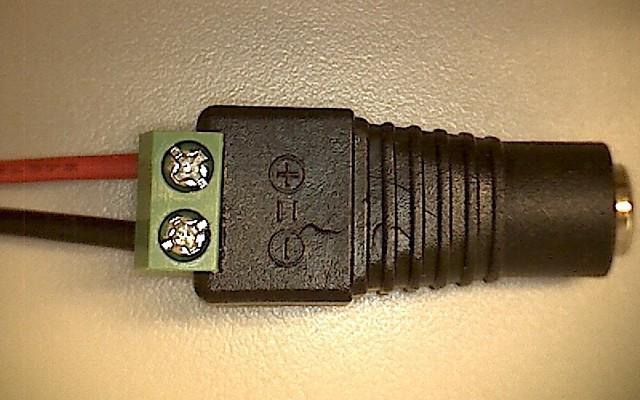 電源に繋がるケーブルの端は (B) の部品に接続。この先にACアダプターが付きます。