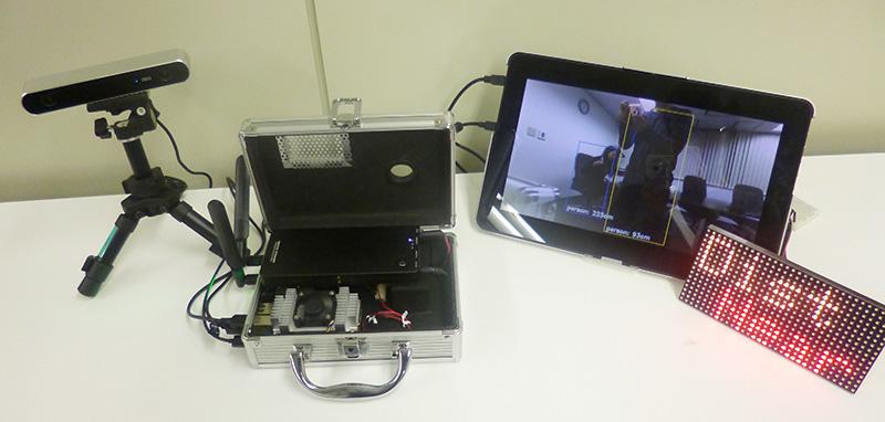 今回の展示会のデモシステム。人を検出してLEDパネルで近・遠を知らせます。